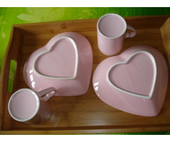 Petit service st valentin 2 tasses , 2 assiettes 2